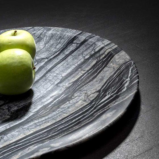 piatto di marmo con mela